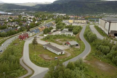 Brakkeanlegget midt på bildet tilhørte Malerbua. Det er nå fjernet, og anleggsarbeidene for det nye bilsenteret starter i august.
