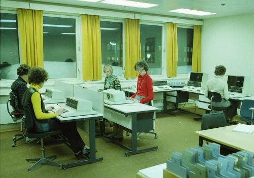 """Fram til midten av 1980-tallet ble alle data lagt inn av puncheoperatører. Det var først etter at den nye stormaskinen ble anskaffet i 1986 at man fikk terminaler ute hos brukerne. I en avisreportasje fra tidlige dager var journalisten imponert over nøyaktighet og hurtighet; """"punchejentene må være rappe med fingrene""""."""