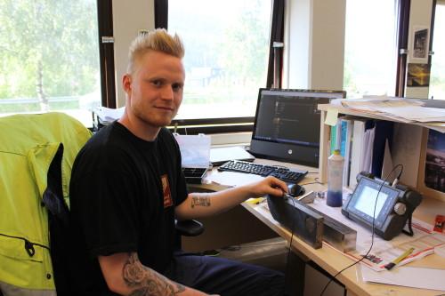 NDT-inspektør Patrick Bakksjø kalibrerer ultralydutstyret, som forberedelse til ultralydkontroll. - Dette er noe vi gjør hver dag som ledd i våre prosedyrer, sier han.