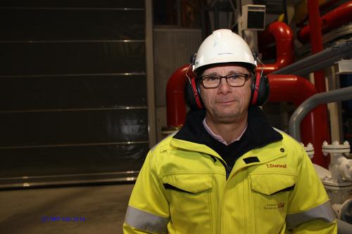 Det nye AGA-anlegget i Mo Industripark har fire ansatte, og disse inngår i en ordning med hjemmevakt 24 timer i døgnet. Anlegget fjernstyres fra sentralen i Avesta, og den kan også styres lokalt. Tom Stenwall er fabrikksjef i Mo i Rana.