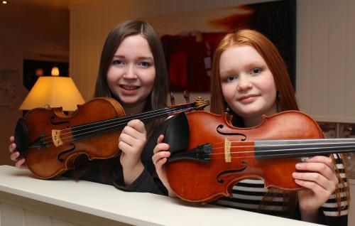 Søstrene Elina (t.v.) og Marika Kulset holdt minikonserter ved de tre avdelingene ved Selfors sykehjem.