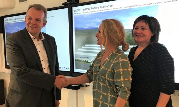 Hauglie møtte blant annet Freyr ved styreleder Torstein Dale Sjøtveit under sitt besøk i Rana. Her sammen med Anita Sollie fra Rana Høyre.