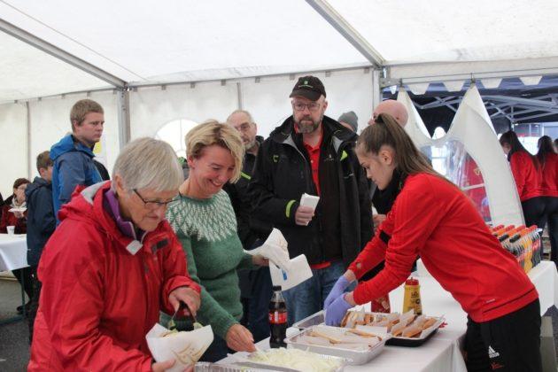 Bossmo & Ytteren var hyret inn for anledningen og serverte grillmat til fornøyde gjester.