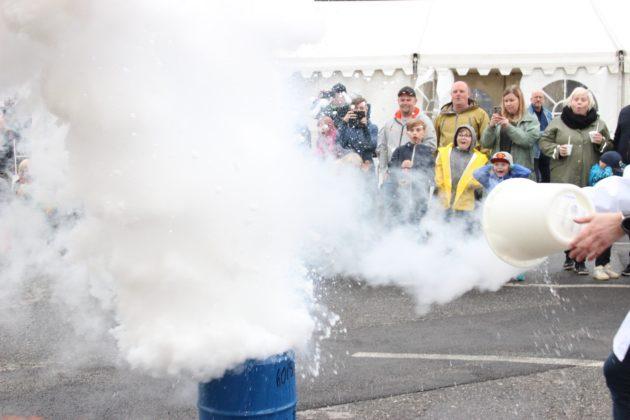 Både voksne og unge lot seg imponere da varmtvann og nitrogen eksploderte sammen til å bli en røyksky.