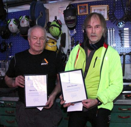 Bjørnar Nyjordet og John Øverdal fikk diplom for langt og tro tjeneste i Miras Hydraulikk AS