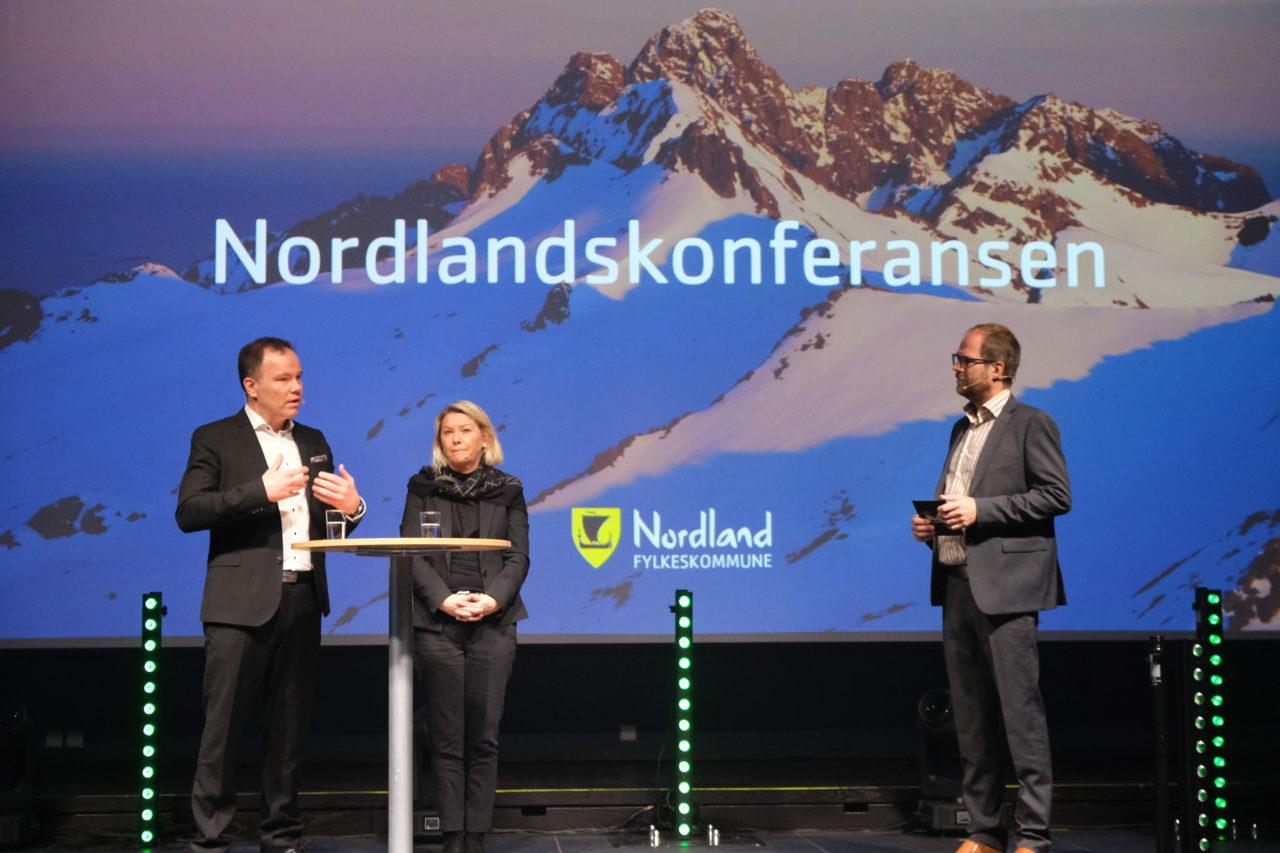 Fylkesrådslederen Tomas Norvoll (t.v) og kommunal- og moderniseringsminister Monica Mæland (i midten) sammen med samtaleleder Knut Folkestad (t.h).