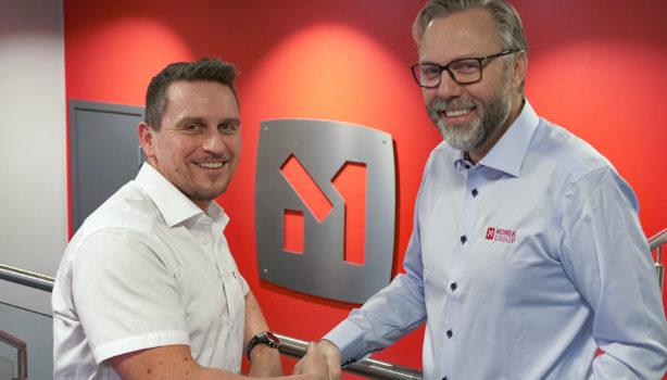 Roger Skatland (t.v) er ansatt som konsernsjef i Momek Group, og overtar med dette stafettpinnen fra Wiggo Dalmo (t.h).