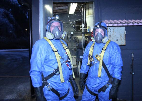 Eget verneutstyr er nødvendig før man tar seg inn i gassklokka. André Nyjordet i MIP Energi (t.h.) og Momek er klare.