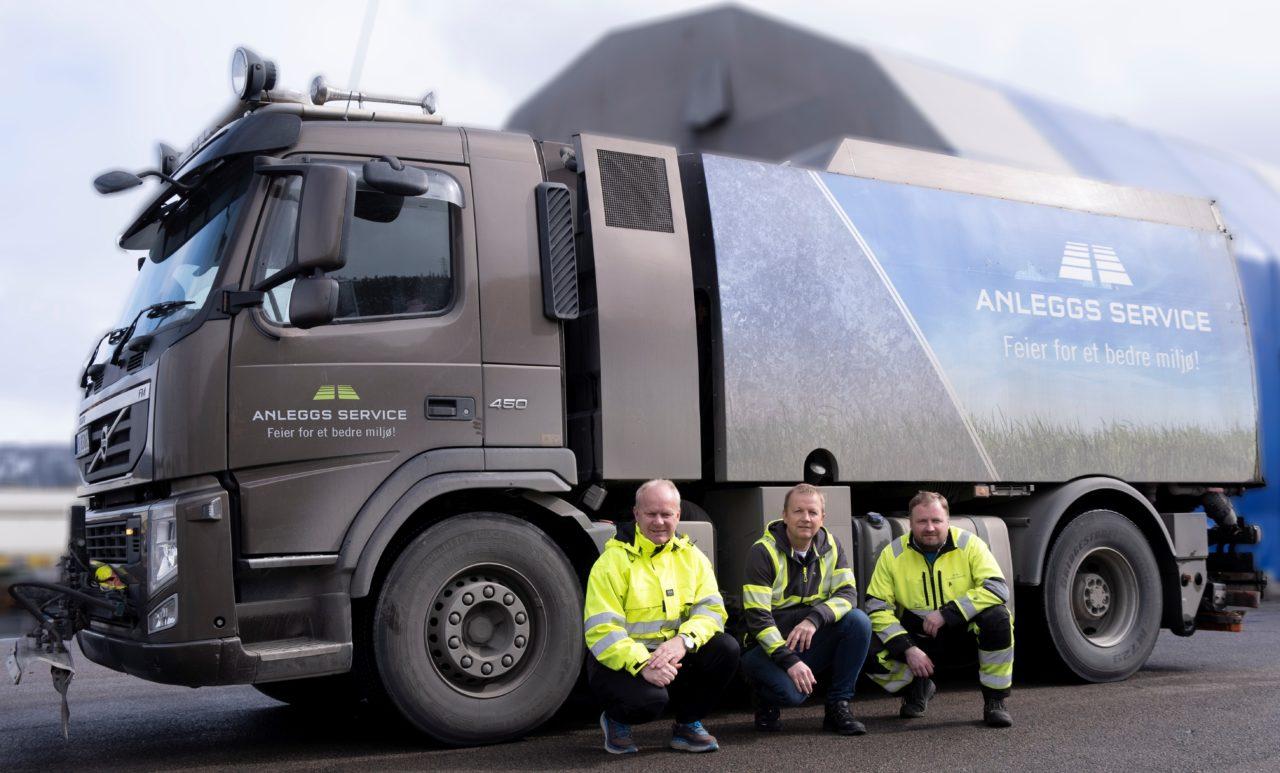 Driftstekniker i MIP Eiendom Kjetil Johnsen (t.v), driftsleder i Anleggs-Service AS (i midten), Kjell Magne Nilsen, sjåfør Arnas Morozovas(t.h).