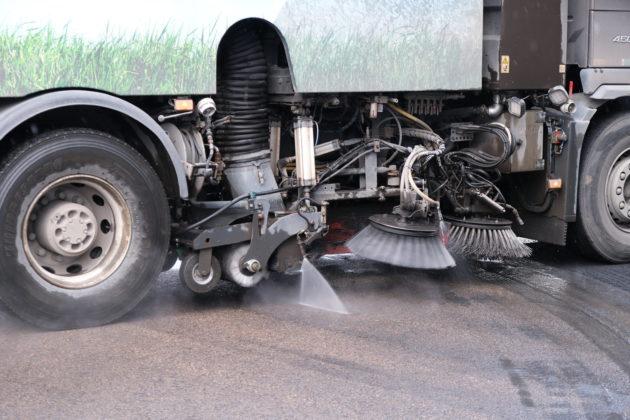 Anleggs-Service sine biler både børster og spyler støvpartiklene for å samle opp grove og fine støvpartikler.