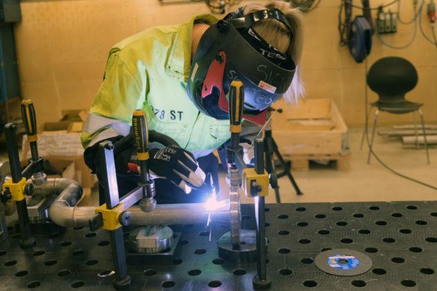 Sveising er en stor del av jobben til en industrirørlegger.