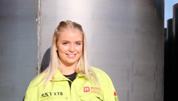 Signe Strand Tverbakk er strålende fornøyd med at god tilrettelegging fra arbeidsgiver har bidratt til at hun nå har to fagbrev.