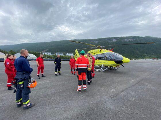 Norsk Luftambulanse landet redningshelikopteret på området på RIT som er klarert som alternativ landingsplass. Ambulansetjenesten i Rana deltok som observatører på første del av øvelsen.