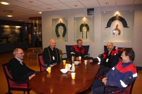 De har mange minner å dele fra ei lang fartstid på råjernverket. Fra venstre: Johann Eilertsen, Arnt Vagle, Kjell-Olav Aslaksen, Gunnar Kildal og Viktor Johansen.