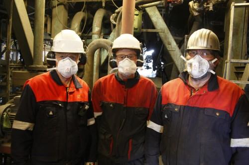De har de satt seg som mål å resirkulere hele 95 prosent av slammet fra smelteverket til Glencore Manganese Norway AS.  Fra venstre: KHMS-sjef Trond Rødsjø, sivilingeniør Jonas Einan, og prosessingeniør Bjørn Heiland.