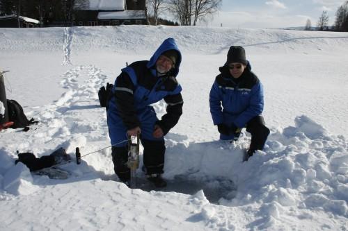 Seniorforsker Torleif Bækken (t.v.) og forskningsleder Karl Jan Aanes ved NIVA foretok før påske undersøkelser like ovenfor, eller oppstrøms for Skonsengbrua og Røssvollbrua, mot Langvatnet.  Her boret de seg gjennom isen og tok prøver av bunnforholdene.