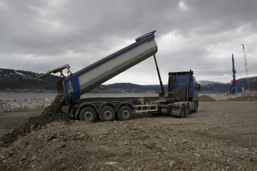- Øijord & Aanes Entreprenørforretning AS kjører kontinuerlig med toskift med silicomanganslagg. Denne slaggen kommer fra Glencore Manganese Norway AS, og som MIP AS har kjøpt inn for denne bruken, forteller Jenssen.