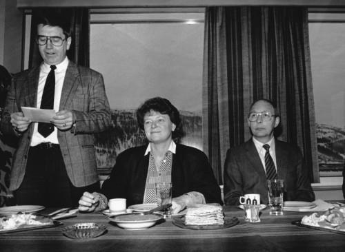 Den første, store og symbolske starten på omstillingen ble rivingen av ovnene i råjernverket den 31. januar 1989, som ledd i å bygge opp de nye ferrosilisiumovnene ved Rana Metall KS. Statsminister Gro Harlem Brundtland og næringsminister Finn Kristensen var begge til stede, og fikk samtidig omvisning i verket. Her sammen med Einar J. Berg.