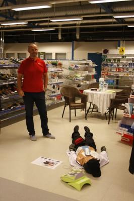 Fra Snøgg demonstrerte Rune Pettersen hjertestartere og førstehjelpsutstyr.