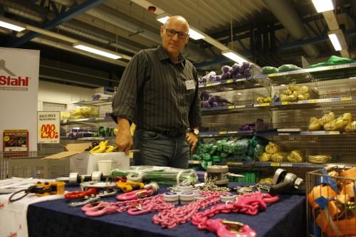 Fine farger på utstyret indikerer sterkere bruddstyrke. Her viser Hogne Øverbø løfteutstyr fra leverandøren Carl Stahl.
