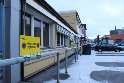 Celsa Armeringsstål AS har satt opp nye, markante skilt for å informere om parkeringsbestemmelsene ved administrasjonsbygget.