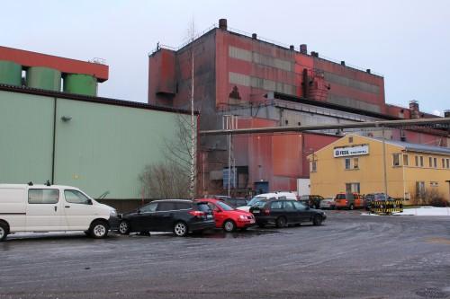 Fesil Rana Metall AS er en av bedriftene som har hatt store problem med feilparkering. Også her vil brudd føre til borttauing.»
