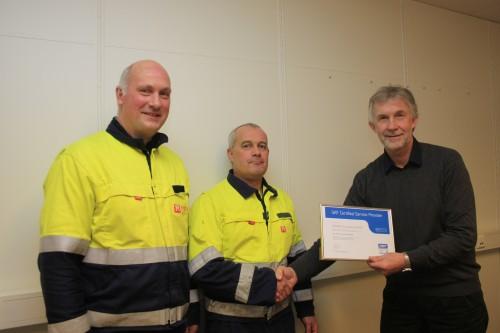 Lars Christensen, områdeansvarlig for tilstandskontroll ved Momek Services AS mottar diplomet av Terje Kittilsen i SKF Norge AS, som bevis på at bedriften nå er SKF Servicepartner. Avdelingsleder Torbjørn Hansen er også svært tilfreds med sertifiseringen.