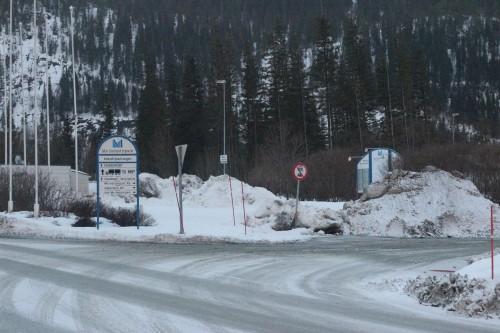 Oppstillingsplassen for lastebiler og vogntog utenfor hovedporten i Mo Industripark er nå stengt.