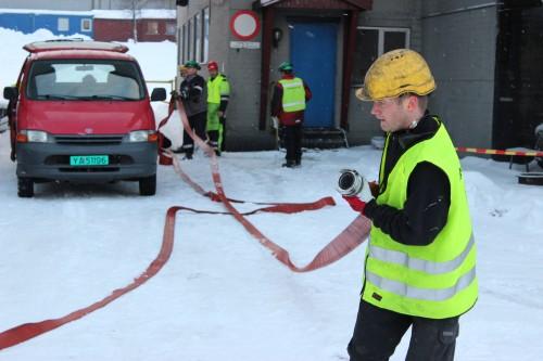 Kai Arne Brunmoen trekker ut en av slangene.