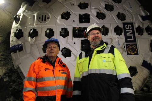 Gründer og styreleder Malvin Nilsen i Leonhard Nilsen & Sønner AS (LNS), og byggeleder Erik Dahl Johansen i Statkraft foran Jern-Erna.