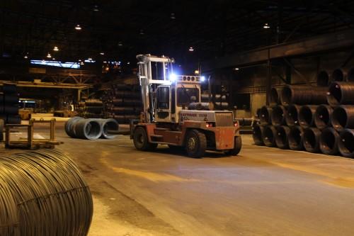 De store truckene representerer stor fare, og derfor skal ingen ferdes inne i Celsa ferdigvarelager uten godkjenning fra Mo Industritransport AS.