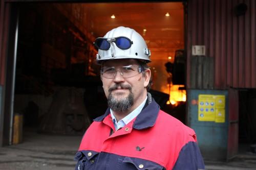 - Jeg liker meg godt her, og jeg vil gjerne være her så lenge jeg kan bidra til videre utvikling av bedriften, sier produksjonssjef Hendrik Strümpfer ved Glencore Manganese Norway AS.