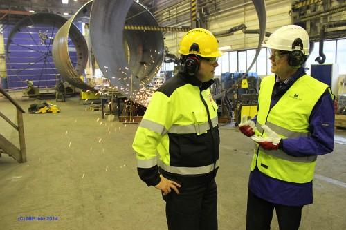 Sugeanker-oppdraget gir arbeid for 25 ansatte ved Momek Fabrication AS i ett år. Her er Hans Marius Mastermo i samtale med områdedirektør Hans Jakob Hegge i Statoil.