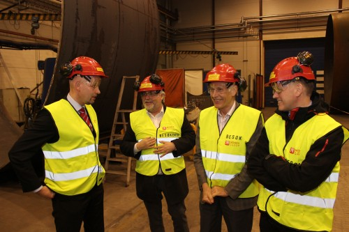 Olje- og energiminister Tord Lien sammen med ordfører Kai Henriksen, varaordfører Allan Johansen og direktør Henrik Johansen i Rana Utviklingsselskap AS, inne i verkstedhallen til Momek Fabrication AS.