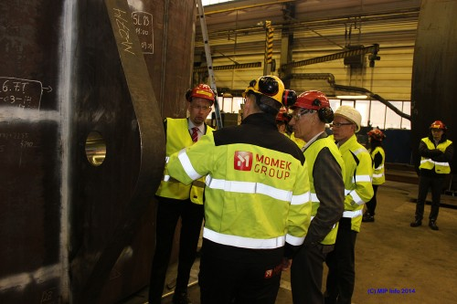 Olje- og energiminister Tord Lien gransker en del av et av sugeankrene som er i produksjon ved Momek Fabrication AS. Her sammen med Hans Marius Mastermo, Allan Johansen og Terje Lillebjerka.