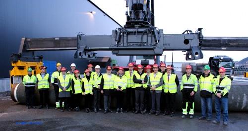 Olje- og energiminister Tord Lien sammen med øvrige besøkende, politisk ledelse i Rana, samt verter fra blant annet Momek Group AS og Wasco Coatings Norway AS.