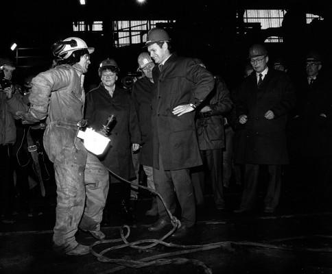 Det bildet man kanskje mest forbinder med starten av omstillingen av statsindustrien i Mo i Rana er dette der daværende statsminister Gro Harlem Brundtland deltar på starten av riving av råjernsovnene 5 og 6, slik at Rana Metall kunne bygges opp. Bildet er fra 31. januar 1989 - 25 år siden.
