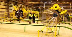 Rørene får et armeringsnett rundt seg før de belegges med betong. Maskinene som produserer dette er innkjørt og operatørene er godt i gang med drilling av prosedyrer.