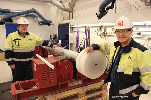 - Dette er en HUB-connection piece, et rør som skal brukes for væsker som det stilles store krav til, blant annet på  grunn av trykk og antikorrodering.  Trykktesting er her svært viktig, og der har Momek Fabrication AS her et eget team, med avdelingsleder Herlof  Øverdal og Kenneth Guttormsen, sier Geir Steinbakk.Børge Albrigtsen til venstre, og Geir Steinbakk til høyre.