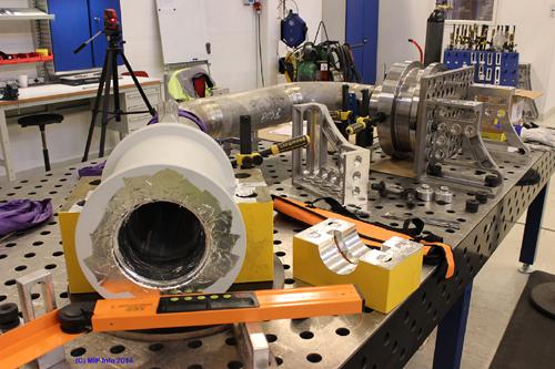 Ferdigstilling av en Gooseneck, som brukes i en undervannsinnstallasjon med tilkobling ved store trykk. Momek Fabrication har levert tre komplette enheter og de har to igjen å levere på denne ordren. Det skal produseres flere slike senere.