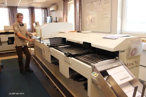 Teknisk fagansvarlig Roger Mikkelsen ved skanneren. Skanneroperatøren kjører to skannere samtidig.
