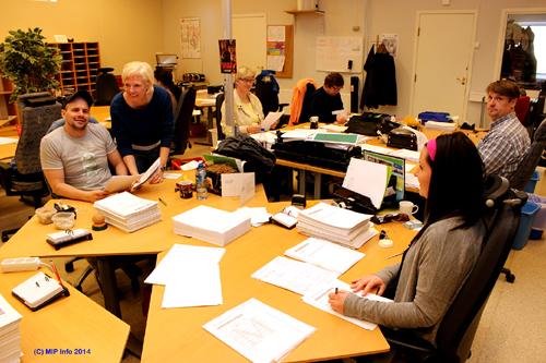 Fra tilretteleggingen, der det er klare prosedyrer som skal følges når de klargjør for skanningen. Fra venstre: Joakim Kjelstad, Vibeke Grundstrøm, Oddrung Stormo, Astri Jakobsen, og foran f.v. Marte Erlandsen og Hans Jørgen Røssvoll.