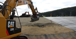 Det er HJH som har entreprisen med å lukke deponiet til Glencore Manganese Norway AS. De har (i begynnelsen av juni) i sving tre dumpere og tre gravemaskiner, samt en bulldozer.