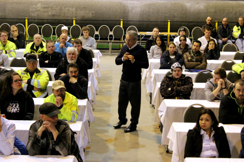 Giancarlo Maccagno delte med de ansatte i Mo i Rana litt om sin egen bakgrunn og hvorfor han var spesielt opptatt av målet om null ulykker på arbeidsplassen.