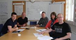 Her er noen av de ansatte ved Mo Industripark AS som gjennomgår et kurs for å lære seg hvordan de best mulig kan jobbe med forbedringsarbeid. Steinar Bech-Hanssen (f.v), Eilif Nermark, Arne Westgård, Randi Hovdahl og Jan- Vidar Grønnesby.