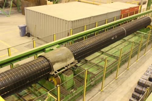 Det meste er av produksjonsanlegget går på full automatikk. Her går ferdig armerte rør på automatiske vogner inn for heavy coat, der betongen «skytes» fast på rørende mens de roterer.