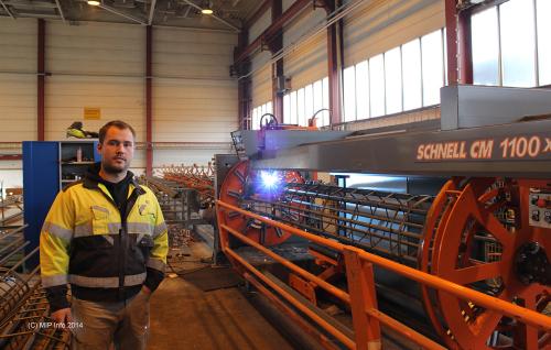 Marius Reinsnes ved IMO Sveiseindustri AS foran den nye sveisemaskinen for søylearmering. Ordren som her produseres er armeringssøyler til kaipeler for ny kai for Kleven verft i Ulsteinvik.