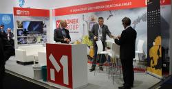 Hans Marius Mastermo i Momek Fabrication AS i samtale med besøkende på standen til Momek Group AS.