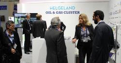 Det å delta på fellesopplegget for Helgeland ga oss en møteplass og en arena for markedsføring av Wasco vi ellers ikke ville fått, sier Vivian Lorentzen i Wasco Coatings Norway AS. Her er hun i samtale med besøkende til standen til Olje- og gassnettverk Helgeland.