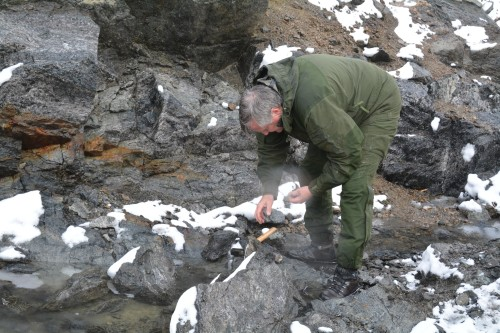 Rana Gruber og LNS vil delta i utvinning av en unik forekomst av rubiner og rosa safirer, og det er verdens største og rikeste forekomst i fast fjell, som så langt er kartlagt. Bildet viser adm. dir. Kjell Sletsjøe som inspiserer forekomsten på Grønland.
